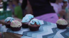 Vista del primo piano dei dolci dolci e dei muffin decorati che stanno sulla tavola Tutti i muffin sono differenti nella forma e stock footage