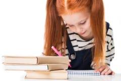 vista del primo piano dei libri sul disegno della scolara e dello scrittorio con il pennarello immagini stock libere da diritti