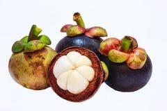 Vista del primo piano dei mangostani della frutta tropicale isolati sui precedenti bianchi Immagine Stock
