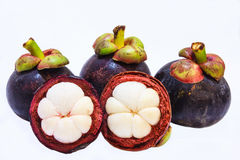 Vista del primo piano dei mangostani della frutta tropicale sui precedenti bianchi Immagine Stock