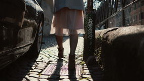 Vista del primo piano dei piedi femminili che camminano tramite la via urbana Femmina in scarpe e gonna che vanno nel centro urba video d archivio