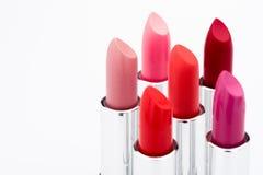 Vista del primo piano dei rossetti alla moda di colore messi Immagine Stock Libera da Diritti