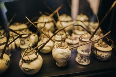 vista del primo piano dei tubi vietnamiti ceramici tradizionali antichi sul ripiano del tavolo, Hoi fotografie stock