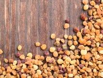 Vista del primo piano del polline dell'ape sulla tavola di legno marrone Fotografie Stock