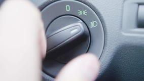 Vista del primo piano dell'autista dell'uomo che fissa la temperatura di stato dell'aria nell'automobile stock footage