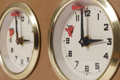 Vista del primo piano dell'orologio di scacchi che segna la conclusione della scadenza Immagini Stock