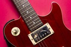 Vista del primo piano della chitarra elettrica classica d'annata di Paul dei les della roccia immagini stock