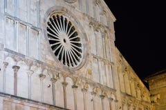 Vista del primo piano della facciata della chiesa della st Anastasia in Zadar durante la notte di estate Fotografie Stock