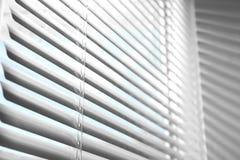 Vista del primo piano della finestra con i ciechi orizzontali immagini stock