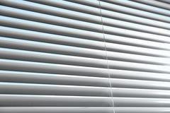 Vista del primo piano della finestra con i ciechi orizzontali fotografia stock libera da diritti