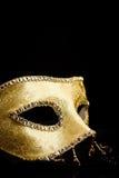 Vista del primo piano della maschera dorata immagini stock
