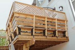 Vista del primo piano della piattaforma di legno esteriore della casa Fotografia Stock