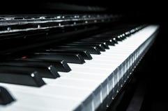 Vista del primo piano delle chiavi classiche del piano con stile in bianco e nero moderno Immagini Stock