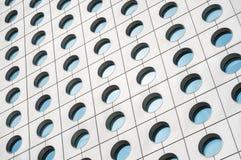 Vista del primo piano delle finestre circolari distintive della Camera di Jardine, Hong Kong Fotografia Stock