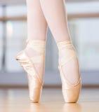 Vista del primo piano delle gambe di dancing della ballerina nei pointes Immagine Stock