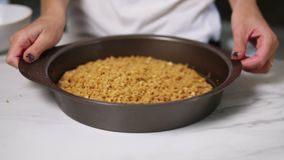 Vista del primo piano delle mani femminili che stringono i pezzi di pasta nel piatto rotondo di cottura Preparazione di Cheezecak video d archivio