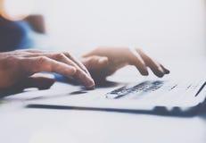Vista del primo piano delle mani maschii che scrivono sulla tastiera del computer portatile Fondo vago, orizzontale Fuoco seletti Immagine Stock Libera da Diritti