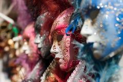 Vista del primo piano di bella maschera veneziana decorata di rosso di carnevale Fotografia Stock