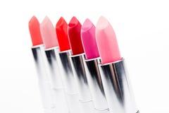 Vista del primo piano di bello insieme dei rossetti di colore in una fila Immagini Stock Libere da Diritti