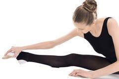 Vista del primo piano di giovane allungamento ritmico della ginnasta Fotografia Stock Libera da Diritti