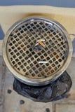 Vista del primo piano di grande portacenere con le sigarette cadute Fotografia Stock Libera da Diritti