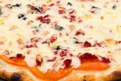 Vista del primo piano di pizza con formaggio ed il prosciutto immagine stock