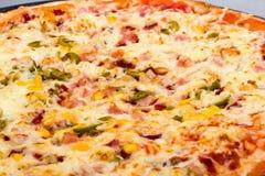 Vista del primo piano di pizza con formaggio ed il prosciutto immagine stock libera da diritti