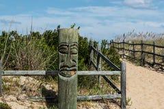 Vista del primo piano di Tiki sulla spiaggia a Sandbridge Fotografia Stock Libera da Diritti