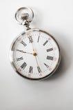 Vista del primo piano di un orologio da tasca d'argento Immagini Stock Libere da Diritti
