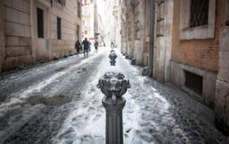 Vista del primo piano di una di una bitta coperta di traffico decorata coperta in neve Fotografie Stock Libere da Diritti