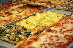 Vista del primo piano di una fetta rettangolare della pizza Fotografia Stock Libera da Diritti