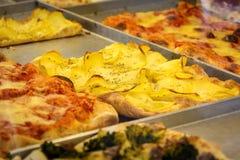 Vista del primo piano di una fetta rettangolare della pizza Fotografia Stock
