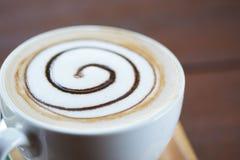 Vista del primo piano di una tazza di caffè saporita immagini stock libere da diritti