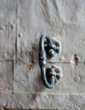 Vista del primo piano di vecchia maniglia di porta rustica Fotografie Stock