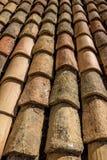 Vista del primo piano di vecchio contro nuove mattonelle di tetto, Ragusa Fotografia Stock Libera da Diritti