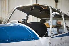 Vista del primo piano di Zlin Z - una cabina di pilotaggio di 43 aeroplani dall'esterno fatto in Cecoslovacchia immagini stock libere da diritti