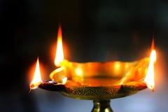 Vista del primo piano del diya d'ottone della lampada dell'olio per il puja santo di culto fotografia stock