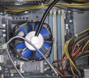 Vista del primo piano del fan blu e dello stetoscopio del CPU immagini stock libere da diritti
