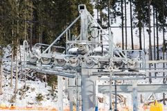 Vista del primo piano del meccanismo moderno dell'ascensore di sci con gherlino metallico e le attrezzature giranti Immagine Stock Libera da Diritti