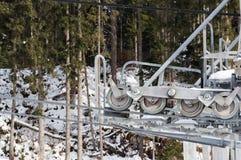 Vista del primo piano del meccanismo moderno di rimorchio di sci con gherlino metallico e le attrezzature giranti Immagini Stock Libere da Diritti