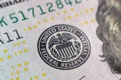 Vista del primo piano su cento banconote in dollari Macro vista su cento banconote del dollaro fotografie stock