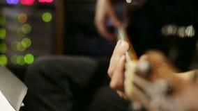 Vista del primo piano sul gioco della chitarra OnHand del fuoco archivi video