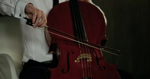 Vista del primo piano sul violoncello in orchestra Movimento lento 4K stock footage