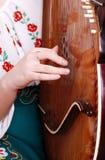 Vista del primo piano sulla mano della ragazza che gioca dal bandura Immagine Stock Libera da Diritti