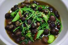 Vista del primo piano sulla vista superiore del curry del fungo in una tazza delle verdure organiche Organizzi l'alimento tailand fotografie stock libere da diritti