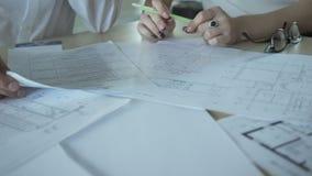 Vista del primo piano sulle mani degli impiegati di concetto e dei documenti all'interno video d archivio