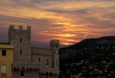 Vista del Prince& x27; palacio de s de Mónaco en la puesta del sol Imagenes de archivo