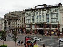 Vista del prospekt nevsky de la galería abierta del dvor gostiny de los grandes almacenes centrales Imagen de archivo