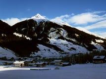 vista del pueblo alpino en el fondo de los picos de montaña imagen de archivo