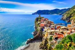 Vista del pueblo colorido Vernazza en Cinque Terre Foto de archivo